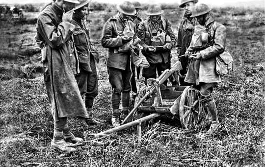 Karabin przeciwpancerny M1918 był bronią ciężką, ze względu na nabój kal. 13,2 mm. Stąd też czasem używano go na dwukołowej podstawie.