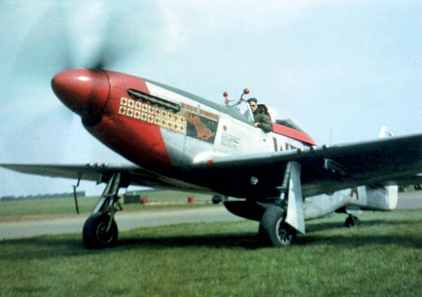 """Major Pierce McKennon, dowódca 335. FS, zasterami swojego ostatniego Mustanga, P-51D (n/s 44-72308) """"Ridge Runner III"""". Zgłosił 10 zestrzeleń indywidualnych i dwa zespołowe oraz 12 samolotów Luftwaffe zniszczonych na ziemi."""