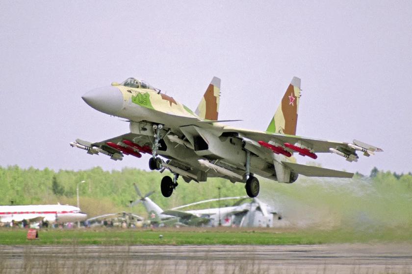 """Rosjanie bardzo liczyli na myśliwiec Su-27M i zbudowali aż 12 samolotów doświadczalnych. Ten T10M-3 """"703"""" był pierwszym egzemplarzem wykonanym w 1992 r. przez zakład w Komsomolsku nad Amurem."""