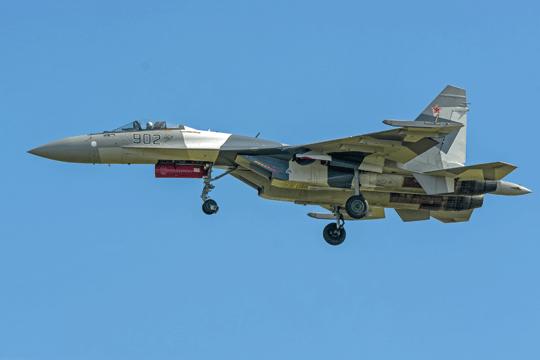 """Drugi Su-35 """"902"""", podobnie do pierwszego wykonany wkonfiguracji eksportowej, podchodzi do lądowania po locie demonstracyjnym."""
