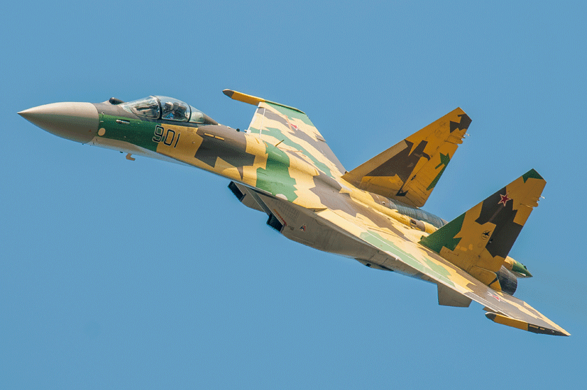 """Pierwszy egzemplarz myśliwca Su-35, samolot """"901"""", wystartował po raz pierwszy 19 lutego 2008 r. Su-35 wykorzystuje rozwiązania opracowywane równocześnie dla nowego Su-57, wdrożone w klasycznej formie Su-27."""
