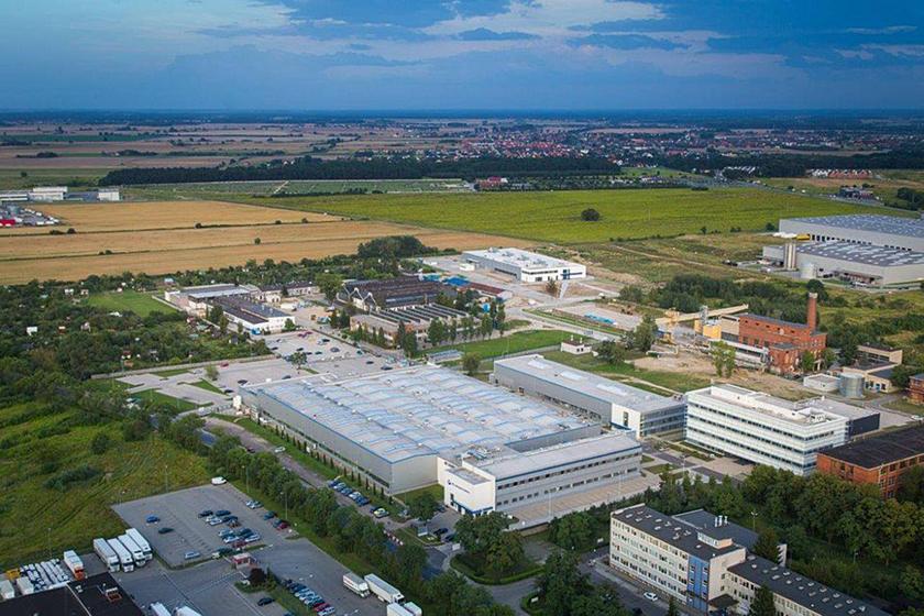 Wraz zpowstaniem korporacji Raytheon Technologies wjej skład weszło wiele polskich zakładów wcześniej należących do UTC, np. Collins Aerospace Wrocław (zdjęcie z2017 r.).