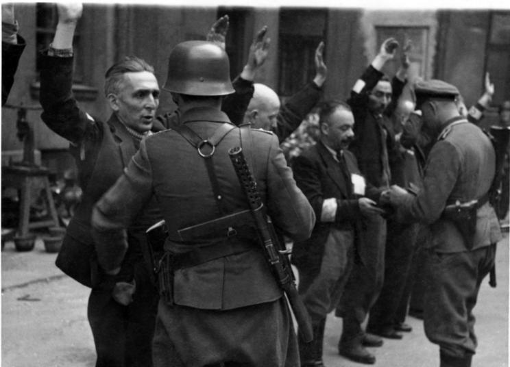 MP 28, widoczne na plecach esesmana likwidującego getto warszawskie
