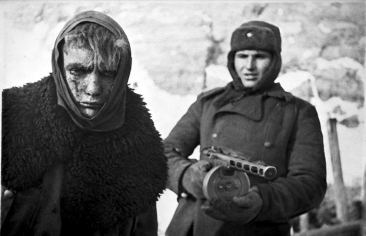Sowiecki żołnierz, uzbrojony w pistolet maszynowy PPSz wz.1941