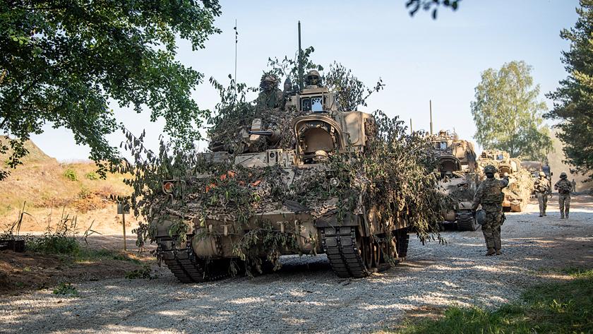 Jedną z pierwszych decyzji nowej administracji prezydenckiej jest zawieszenie planów poprzednika co do wycofania części sił z Niemiec. Nowa ekipa w Pentagonie chce najpierw dokonać strategicznego przeglądu sił i dopiero potem zadecydować o ewentualnych roszadach.