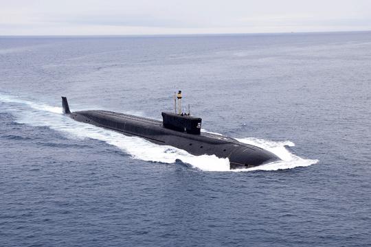 """Pierwszymi rosyjskimi """"boomerami"""" IV generacji są jednostki proj. 955 Boriej. Wlatach 2013–2014 podniesiono bandery na trzech okrętach tego typu: Juriju Dołgorukim (na zdjęciu), Aleksandrze Niewskim iWładimirze Monomachu. Co ciekawe, do budowy ich kadłubów wykorzystano sekcje nieukończonych lub utylizowanych wielozadaniowych okrętów podwodnych proj. 971 Szczuka-B."""