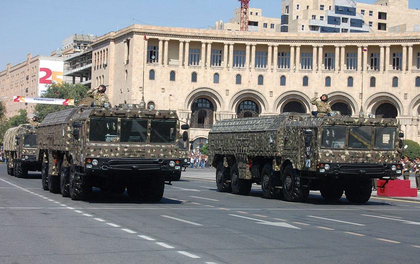 Armeńskie Iskandery na defiladzie z okazji 25. rocznicy uzyskania niepodległości w Erywaniu. Wielu armeńskich polityków i wojskowych postrzegało Iskandery jako cudowną broń, zapewniającą skuteczne odstraszanie lub gwarancję pokonania przeciwnika w razie konfliktu zbrojnego. Ich użycie zaszkodziło zarówno armeńskiemu premierowi, jak i rosyjskiemu resortowi obrony.
