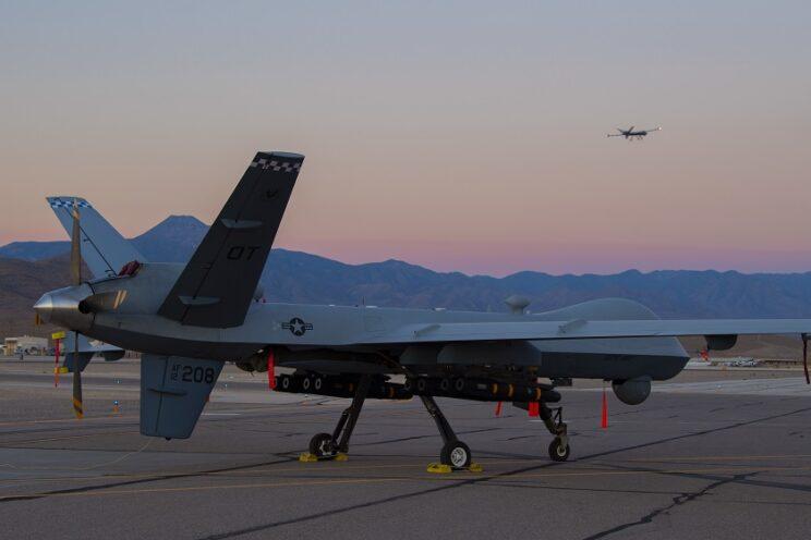 """MQ-9A Reaper z dywizjonu testowego 556th TES we wrześniu 2020 r. przechodził próby z adapterami na osiem pocisków """"powietrze-ziemia"""" Hellfire. Fot. USAF"""