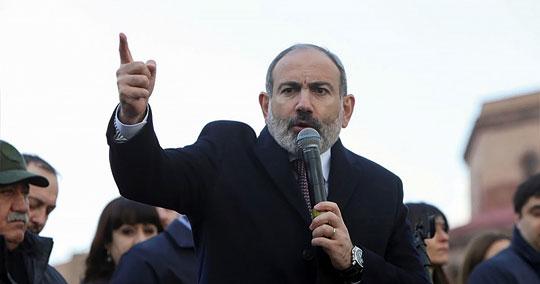 Premier Armenii Nikol Paszinian na jednym z wieców w Erywaniu przemawia do swoich zwolenników. Po podpisaniu rozejmu na bardzo niekorzystnych dla Armenii warunkach, politycy i wojskowi zaczęli się nawzajem obarczać winą za takie rozstrzygnięcie trwającego od kilkudziesięciu lat konfliktu o Górski Karabach.