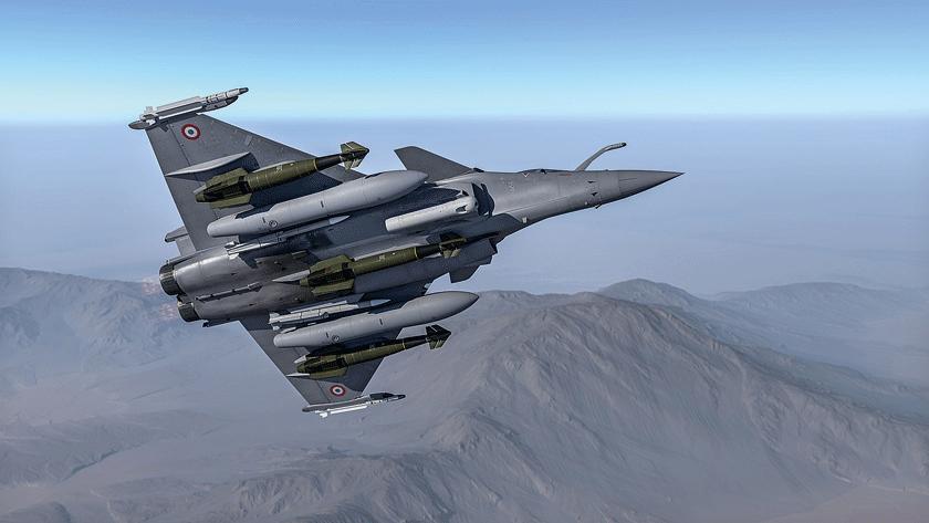 """Proponowana konfiguracja Rafale standard F4 w""""najcięższym"""" wariancie uzbrojenia (na zdjęciu maszyna F3-R). Samolot ma podwieszone: dwa pociski kierowane """"powietrze–powietrze"""" średniego zasięgu MBDA MICA NG IR, dwa pociski kierowane """"powietrze–powietrze"""" dalekiego zasięgu MBDA Meteor, trzy bomby kierowane Safran AASM 1000 izasobnik celowniczy Thales TALIOS. Pod skrzydłami dwa dodatkowe zbiorniki paliwa opojemności 2000 l każdy."""