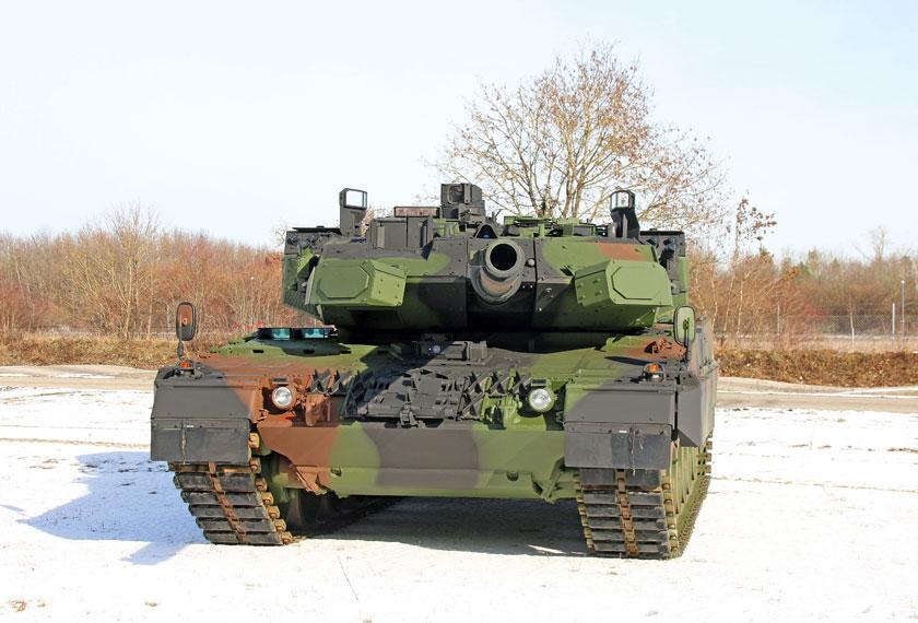 Prototyp (wóz testowy) Leoparda 2 z aktywnym systemem obrony Trophy HV – docelowy czołg otrzyma oznaczenie Leopard 2A7A1. Zwraca uwagę inny niż na pierwszych grafikach sposób montażu systemu.