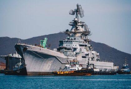 Ostatni rejs krążownika Admirał Łazariew do stoczni złomowej. W tej sposób zakończyły się spekulacje o możliwości przywrócenia tej jednostki do służby. Fot. Siergiej Tymch/Instagram