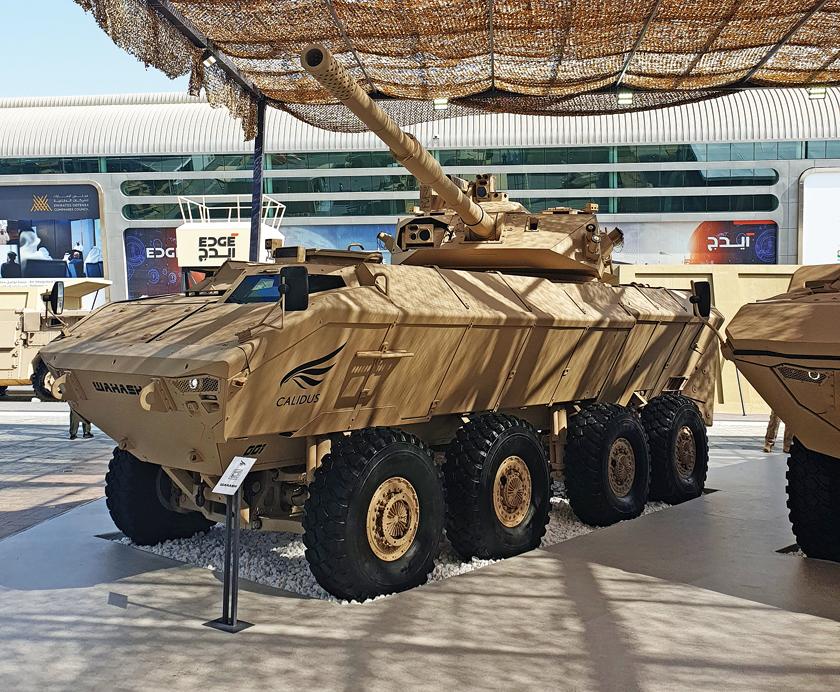 Wóz bojowy wsparcia ogniowego Wahash 8×8 z wieżą 105mm-LT-HP LRG-AT na stoisku firmy Calidus podczas swej premierowej prezentacji na salonie IDEX-2021 w Abu Zabi.
