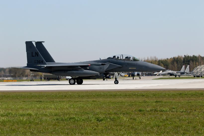 Ostatnie przygotowania do startu załogi samolotu myśliwsko--bombowego Boeing (McDonnell Douglas) F-15E-54-MC (92-0364) z 494th FS; 32. Baza Lotnictwa Taktycznego Łask.