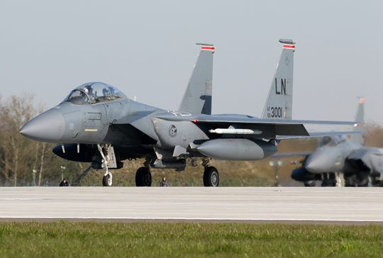 Kolejny F-15E  (00-3001) z 494th FS z bazy Lakenheath w Wielkiej Brytanii przed zajęciem miejsca na pasie startowym 32. BLT Łask.