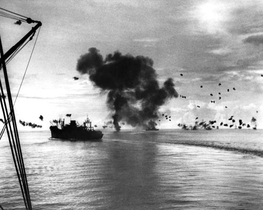 Odpieranie japońskiego ataku na zgrupowanie desantowe u wybrzeża Guadalcanal; 7 sierpnia 1942r. Tego dnia lotnictwo japońskiej Cesarskiej Marynarki Wojennej stacjonujące w bazach w rejonie Rabaul na Nowej Brytanii wykonało kilka bezskutecznych ataków.