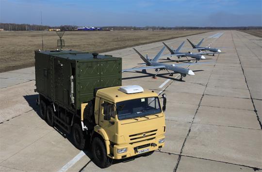 Inochodziec z trzema samolotami i mobilnym naziemnym stanowiskiem kierowania. Pierwsze systemy tego typu powstają obecnie w zakładzie Kronsztadta w Tuszyno w Moskwie, ale w budowie jest duża wytwórnia produkcyjna w Dubnie.