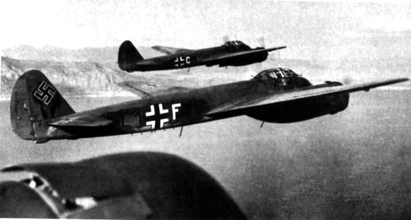 Ju 88 A należące do LG 1 podczas lotu wzdłuż wybrzeża południowej Anglii.