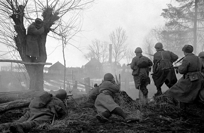 Żołnierze frontu zachodniego podczas walk oJuchnow; marzec 1942 r.