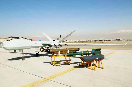 Kaman-22 z zestawem uzbrojenia i dodatkowego wyposażenia (na pierwszym planie zasobnik do podświetlania celów, za nim bomba kierowana, której wagomiar raczej przekracza udźwig aparatu, i zasobnik zakłócający) oraz w widoku od przodu, który pokazuje głowicę optoelektroniczną o niewielkiej średnicy, atakże środki bojowe podwieszone na belkach podskrzydłowych.