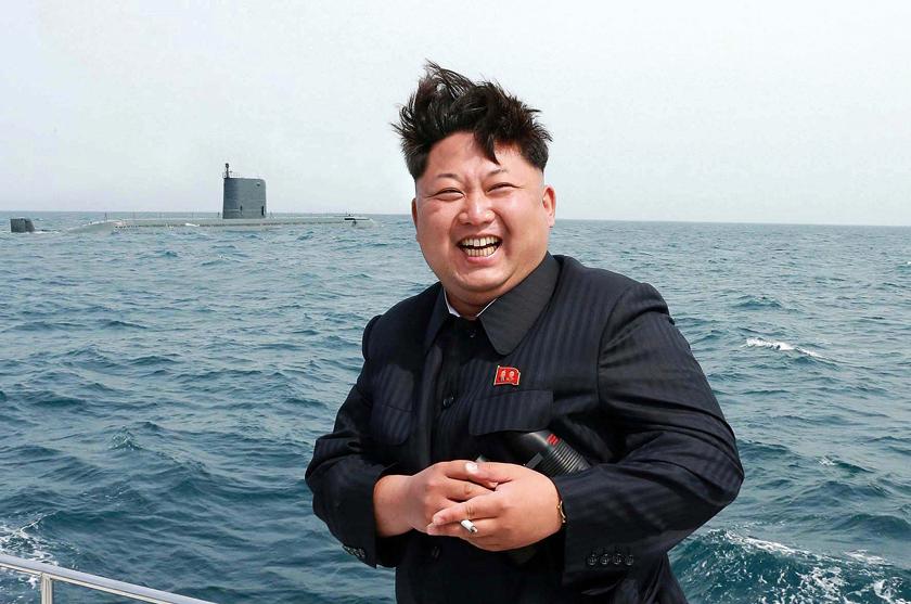 Uradowany dyktator Korei Północnej Kim Dzong Un po udanym, pierwszym w historii, wystrzeleniu pocisku balistycznego z zanurzonego okrętu podwodnego Gorae, co miało miejsce 8 maja 2015 r.