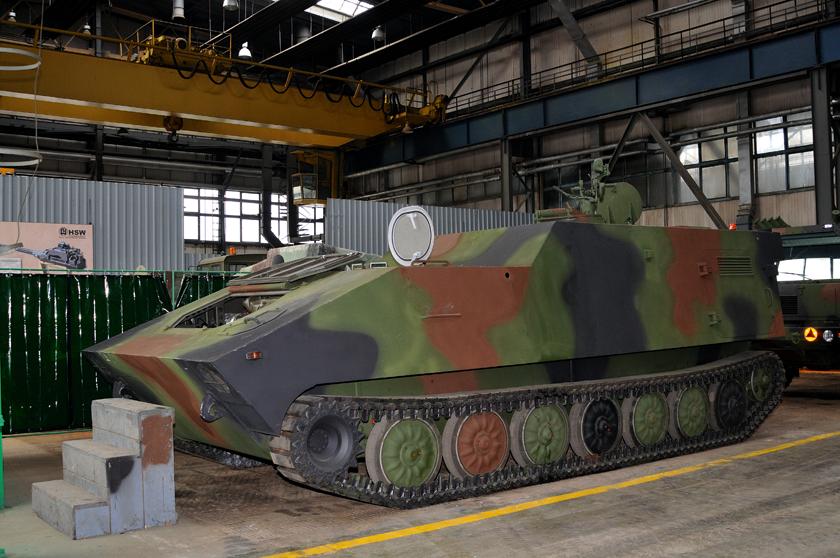 Prototypowe podwozie LPG podczas kompletowania wHucie Stalowa Wola S.A. w2009 r. Powstało ono zgodnie zsugestią wojskowych zmyślą owozach dowodzenia DMO Regina iwykorzystuje wiele elementów przejętych zpodwozia 122 mm haubicy samobieżnej 2S1 Goździk, produkowanej wStalowej Woli na licencji.