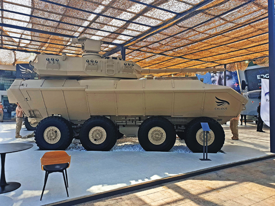 Patrząc na pojazd z boku dobrze widoczna jest długa tylna część wieży 105 mm-LT-HP LRG-AT, w której umieszczono zautomatyzowany magazyn amunicji współpracujący z automatem ładowania armaty.