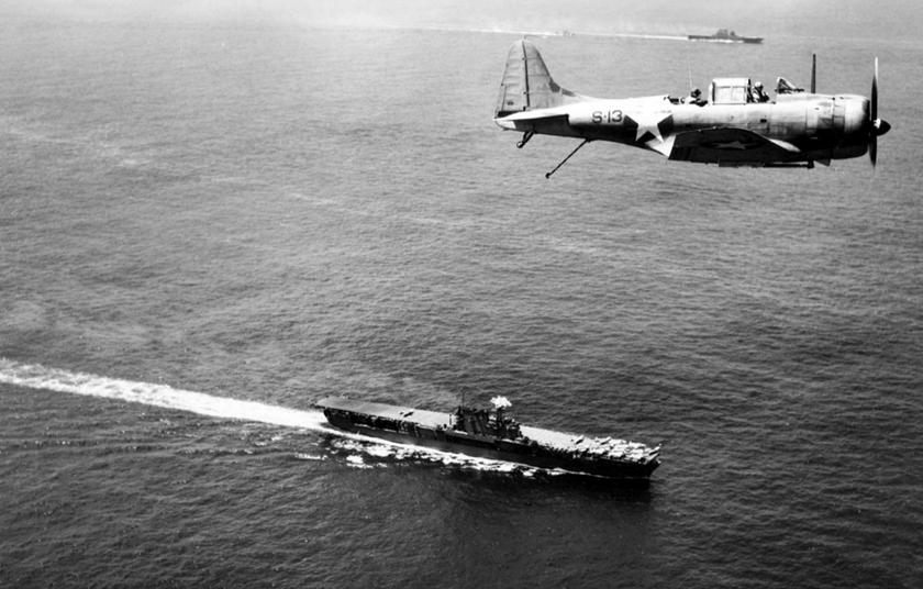 """Lotnictwo pokładowe z trzech lotniskowców dowodzonych przez wiceadm. Franka J. """"Jacka"""" Fletchera zapewniało osłonę operacji z powietrza przez pierwsze półtorej doby od lądowania, później lotniskowce, w obawie przed japońskimi kontratakami lotniczymi, odpłynęły."""