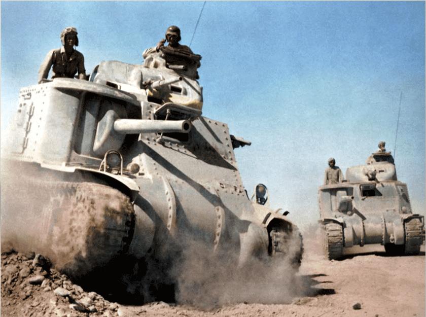 Koloryzowane współcześnie zdjęcie pokazuje M3 Lee z późniejszej serii produkcyjnej, z dłuższym działem M3 kal. 75 mm, takim samym, jakie zastosowano na późniejszych czołgach średnich M4 Sherman. Na M3 Lee zwraca uwagę brak kadłubowych karabinów maszynowych.
