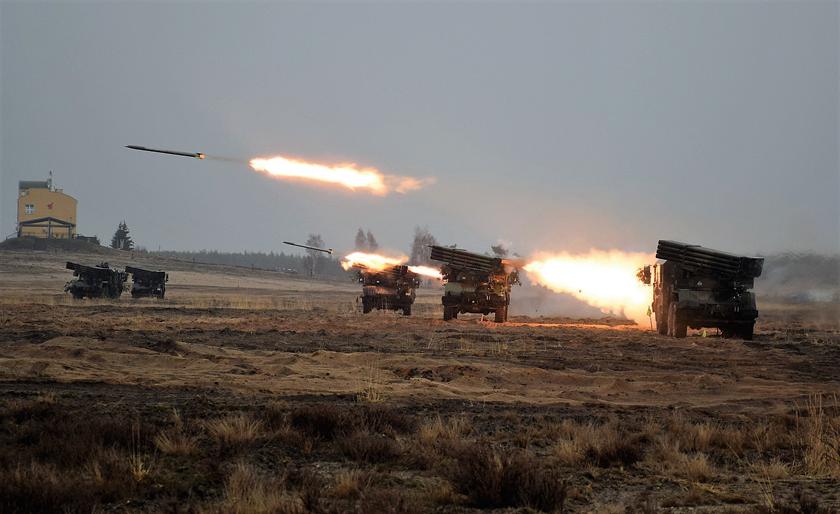 Ministerstwo Obrony Narodowej zawarło 29kwietnia br. dwie umowy dotyczące zakupu środków bojowych dla Wojsk Rakietowych iArtylerii, wtym zMESKO S.A. na dostawę niekierowanych pocisków rakietowych M-21 FHD do polowych wyrzutni rakietowych BM-21 Grad, RM-70/85 iWR-40 Langusta.