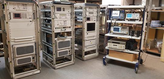 Produkcja Zintegrowanego Systemu Łączności wOśrodku Uzbrojenia iElektroniki PGZ Stoczni Wojennej, przeznaczonego na jeden zokrętów Marynarki Wojennej RP.