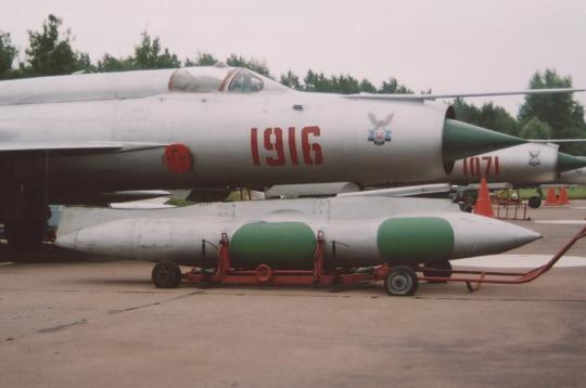 Piloci sochaczewskiego pułku cyklicznie ćwiczyli operacje lotnicze z drogowych odcinków lotniskowych. Na zdjęciu: samolot MiG-21R zzasobnikiem rozpoznawczym D ląduje na DOL Kliniska.