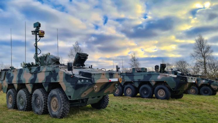 Elementy bojowe kompanijnego modułu ogniowego 120 mm moździerzy samobieżnych na podwoziu kołowym Rak. Na pierwszym planie Artyleryjski Wóz Rozpoznawczy (Rosomak-AWR) z masztem zestawu PZOR w położeniu roboczym, w środku Artyleryjski Wóz Dowodzenia (AWD), w głębi moździerz samobieżny M120K.