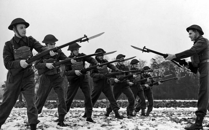 Szkolenie brytyjskich jednostek terytorialnych. Znaczna część sił obrony Wielkiej Brytanii, totzw. dywizje terytorialne, czyli mobilizowane zlokalnych rezerwistów.