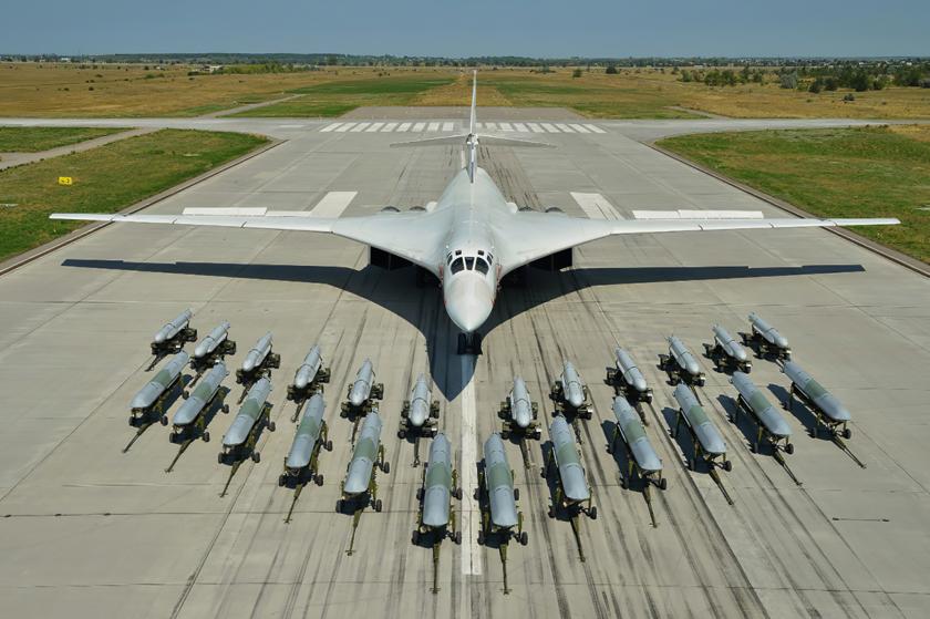 Tu-160 ze swoim obecnym uzbrojeniem, pociskami samosterującymi  Ch-55SM (w głębi) oraz nowoczesnymi i większymi Ch-101/Ch-102. Wkrótce otrzyma on jeszcze większe pociski Ch-BD.