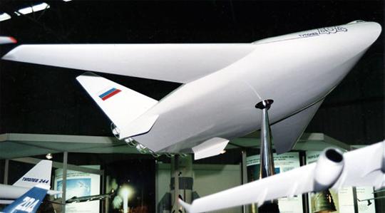 Model gigantycznego samolotu pasażerskiego Tu-404 przedstawiony w Paryżu w1993 r. w pewnym przybliżeniu odzwierciedla ówczesne koncepcje bombowca strategicznego Tupolewa.