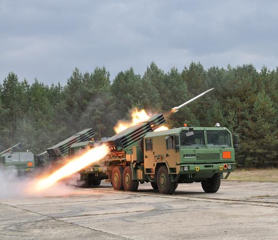 Ogień prowadzi wyrzutnia WR-40 Langusta, ale pociski rodziny Feniks-Zmogą być opalane także zwyrzutni BM-21 Grad iRM-70/85, używanych również przez jednostki Wojsk Rakietowych iArtylerii Wojsk Lądowych.