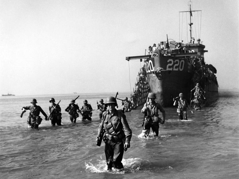 Żołnierze amerykańskiego VI korpusu schodzą na brzeg w Zatoce Salerno niedaleko Paestum zpokładu okrętu desantowego LCI(L)-220.