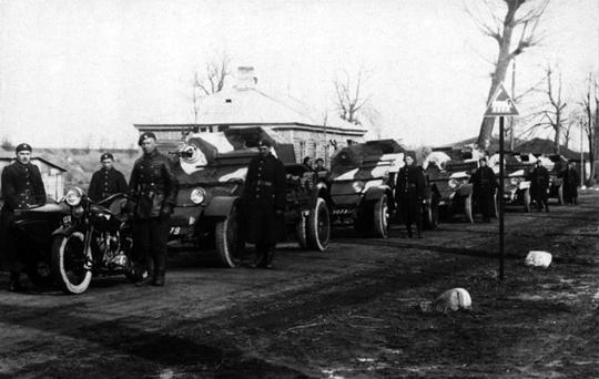 W połowie lat 30. prowadzono eksperymenty obejmujące wyposażenie techniczne broni pancernej. Efektem jednego z nich były autotransportery czołgów TK wykorzystujące podwozia samochodów ciężarowych.