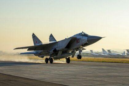 Jeden z MiG-ów-31K ląduje w Humajmim z podwieszonym hipersonicznym Kinżałem. Fot. Ministerstwo Obrony FR.