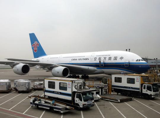 Największy port lotniczy na świecie chiński Guangzhou Baiyun International Airport, obsłużył 43,76 mln pasażerów (-40,5%). Z uwagi na dużo gorsze wyniki innych portów awansował wglobalnym rankingu aż o 10 miejsc w górę. Na zdjęciu A380 linii China Southern przed terminalem portu.
