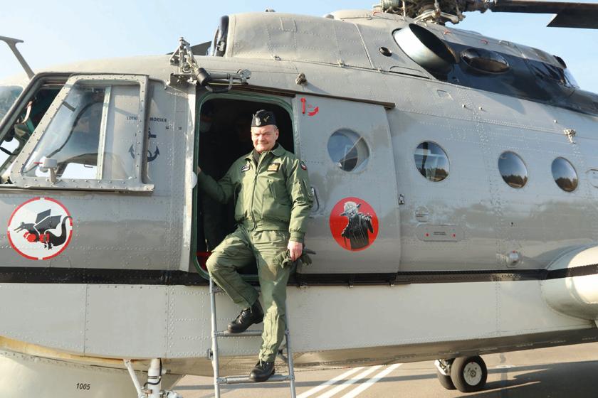 """Dowódca BLMW kmdr dypl. pil. Jarosław Czerwonko po locie pożegnalnym schodzi z pokładu Mi-14PŁ """"1005"""". Z tym typem śmigłowców komandor był związany od początku służby  wlotnictwie  morskim."""
