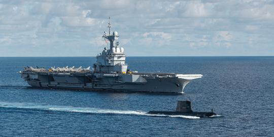 Do roli kluczowego partnera Francji w regionie aspiruje Australia. Oprócz współpracy politycznej i przemysłowej siły zbrojne obydwu państw prowadzą regularne ćwiczenia. Na zdjęciu lotniskowiec Charles de Gaulle (R91) w asyście australijskiego okrętu podwodnego HMAS Collins (SSG 73) na wodach Zatoki Bengalskiej.