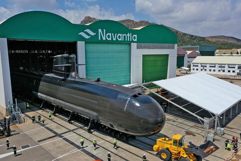 Okręt podwodny Isaac Peral po raz pierwszy został wytoczony na światło dzienne 20kwietnia 2021r. Od podpisania umowy na budowę serii czterech jednostek typu S-80 minęło ponad 17lat. Na zdjęciu widać część kompleksu stoczniowego Navantii wKartagenie ztrzema połączonymi halami, wktórych powstają okręty podwodne omawianej serii.