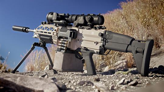 Zkarabinków SCAR wEvolysie zapożyczono m.in.: składaną kolbę zregulacją położenia wdwóch płaszczyznach, składane mechaniczne przyrządy celownicze, obustronny selektor ognia wraz zbezpiecznikiem iznajomo wyglądający chwyt pistoletowy. Na zdjęciu broń wwersji na amunicję 7,62×51 mm NATO zzałożonym tłumikiem dźwięku.