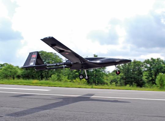 Prototyp aparatu Bayraktar TB2 (PT-1) zcywilną rejestracją TC-ERB startuje do swego pierwszego lotu 3maja 2014r.