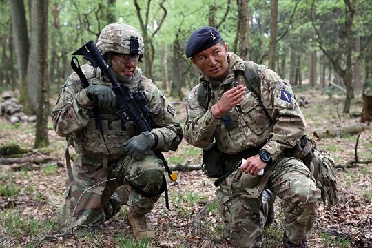 Kluczem do sukcesu ma być współpraca zsojusznikami – na zdjęciu brytyjscy iamerykańscy żołnierze podczas wspólnych ćwiczeń.
