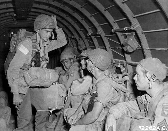 Amerykańska 82. Dywizja Powietrznodesantowa była jedynym odwodem Piątej Armii, który mógł przybyć na przyczółek pod Paestum na tyle szybko, by zażegnać kryzys.