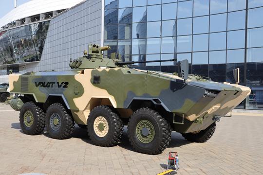 W przeciwieństwie do analogicznych konstrukcji o sowieckim rodowodzie, BTR-V2 ma układ konstrukcyjny taki sam jak większość podobnych pojazdów światowych rynkowych liderów – przedział napędowy znajduje się z prawej strony przedniej części wozu, obok niego przedział kierowcy, zaś przedział desantowy jest z tyłu.