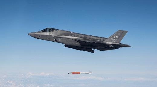 F-35A z dywizjonu testowego 461st FLTS zrzuca nieuzbrojoną bombę atomową B61-12 podczas próby, która miała miejsce na poligonie bazy Edwards AFB w Kalifornii; 25 listopada 2019 r.